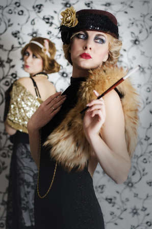 denominado retro: Uma mulher tem inveja de outro por sua beleza, estilo retro