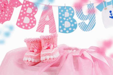 Elemento lindo del bebé con la palabra bebé y botines de color rosa sobre blanco Foto de archivo - 27674362