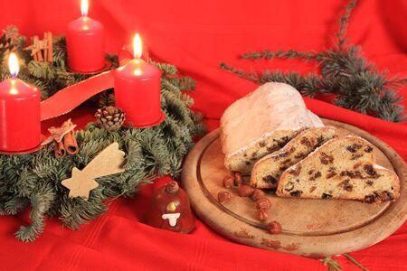 weihnachtskuchen: Stollen, Deutsch Weihnachtskuchen und Adventskranz Lizenzfreie Bilder