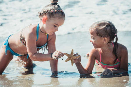 Friends to the sea to play with starfish