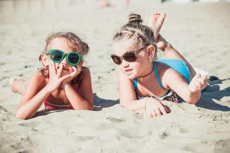 Beautiful girlfriends at the beach to talk Imagens