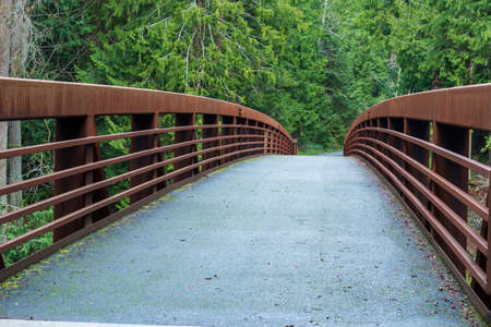 Point of view landscape of a foot bridge in the forest at Sequim Bay State Park in Washington Banque d'images