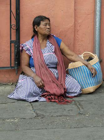 オアハカ、メキシコ 2009年 12 月: 女性ベンダーの唐辛子を販売します。