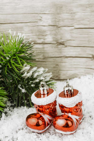 botas de navidad: Dos botas de Navidad en la nieve
