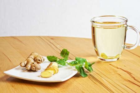 jengibre: jengibre con una taza de té de jengibre Foto de archivo