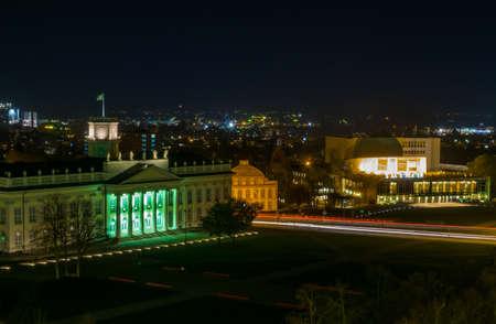 Guarda la notte sul romantico centro di Kassel illuminato con il Friedricianum, il Teatro di Stato e il Museo di Storia Naturale, in Germania Archivio Fotografico - 67753781