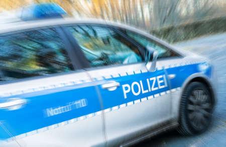 Een Duitse politie-auto in actie, motion blur en dynamiek Stockfoto