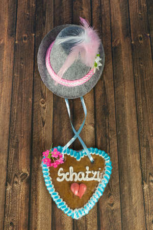 Bavarian hat with a heart of gingerbread and the German word for sweetheart Zdjęcie Seryjne