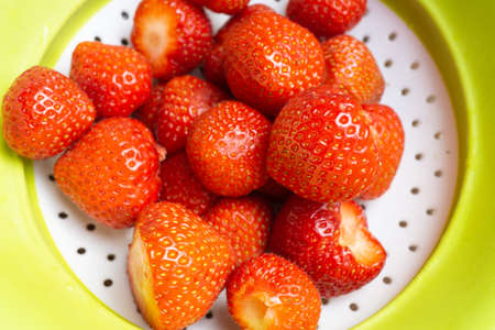 Freshly washed and washed strawberries in a colander Zdjęcie Seryjne