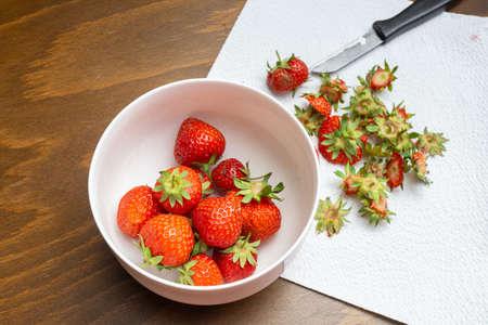 Fresh strawberries are cleaned and cut Zdjęcie Seryjne