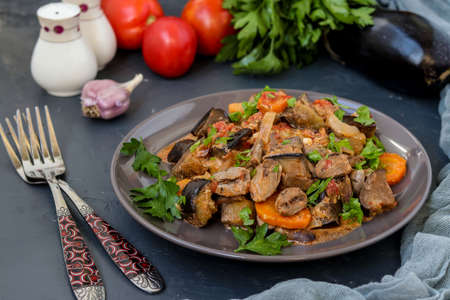 Chicken hearts cooked with vegetables: carrots, eggplant, tomatoes, garlic and onions, for a tasty and healthy dinner, horizontal orientation, closeup 스톡 콘텐츠