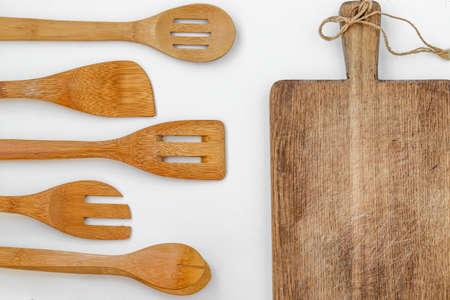 Wooden kitchen utensils on a white background, top view, horizontal orientation, closeup 版權商用圖片