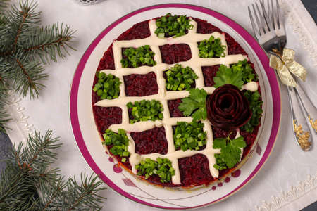 Traditional Russian holiday salad Herring under a fur coat on a Christmas background, Closeup, Top view, horizontal orientation Banque d'images - 135503810