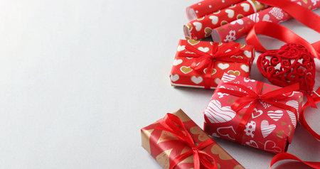 包裹在红色礼品纸的礼物用丝带为情人节,母亲节或生日。与地方为文本在轻的背景。