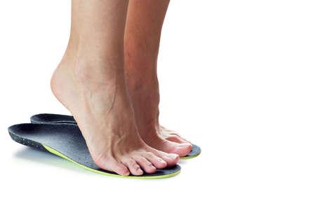 vrouwelijke voeten staan ??op hun tenen in orthopedische inlegzolen Stockfoto