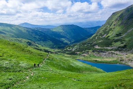 el lago Brebeneskul entre las montañas de los Cárpatos