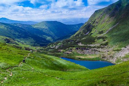 el lago Brebeneskul entre montañas de los Cárpatos Foto de archivo
