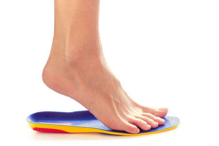 orthopedic insole and female leg above it Banque d'images - 118878471