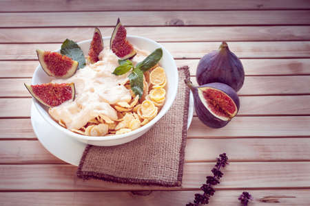 cereal with figs on wooden background Imagens