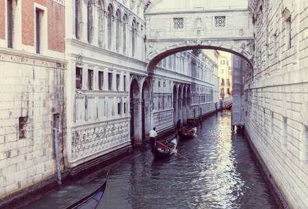 narrow canal in Venice with white marble architecture and two gandolas 版權商用圖片 - 141666902