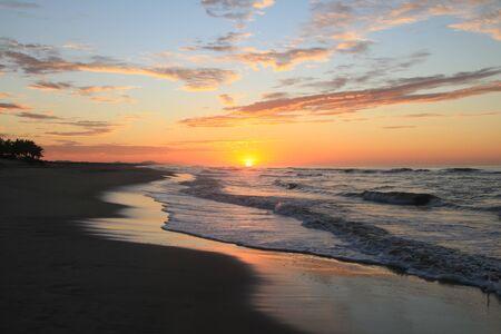 Dramatic Tropical Sunrise over Pacific Ocean and Sandy Beach Archivio Fotografico