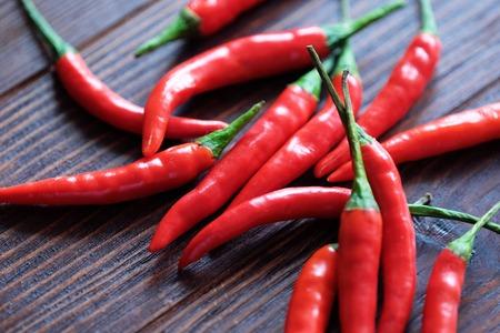 De roodgloeiende peper van Chili op houten achtergrond Stockfoto