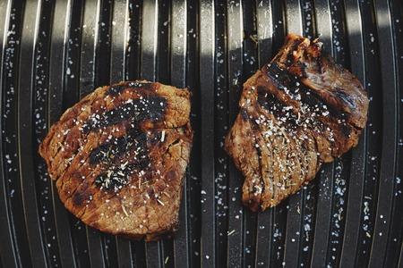carnes: Sabrosas carnes a la parrilla con especias y sal Foto de archivo
