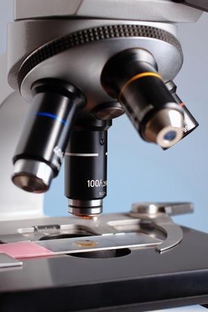 microscope: Detalles de la lente de un microscopio examinar una muestra clásica