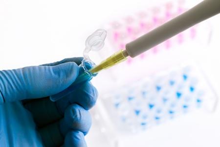 un lavoro scienziato mettendo un campione in un tubo