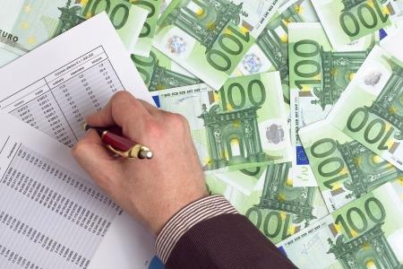 show bill: Empresario comprobar los ingresos en el fondo de los billetes