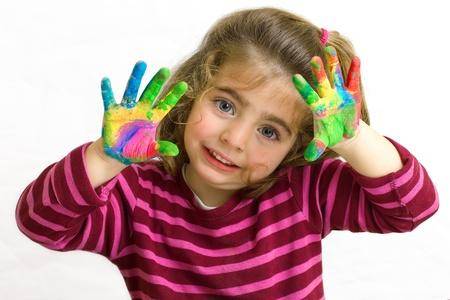 niños jugando en la escuela: niña preescolar con las manos en la pintura