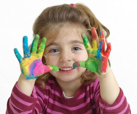 Ritratto di una bella ragazza in età prescolare con le mani dipinte di bianco