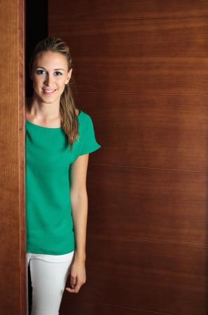 abriendo puerta: Retrato de niña sonriente abrir la puerta Foto de archivo