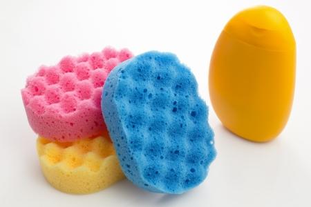 productos de aseo: Art�culos de aseo a gel de ducha y una esponja aislado en blanco