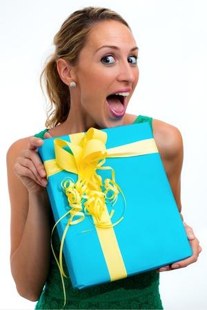 Donna sorpresa con un regalo in sfondo bianco