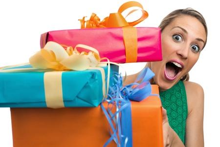 ragazza di partecipazione e di offrire doni a sfondo bianco