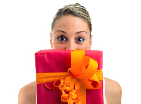 dar un regalo: Mujer divertida celebración de un regalo aislados en blanco