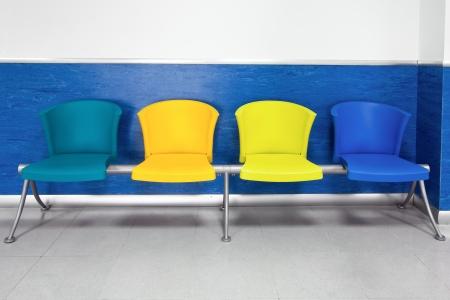 file d attente: chaises colorées dans la salle d'attente de l'hôpital