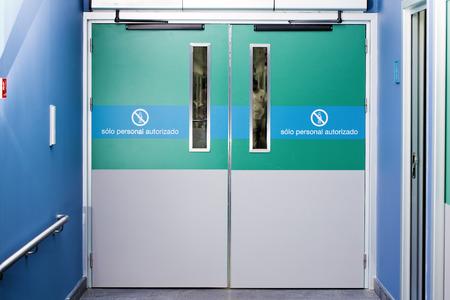 poort naar het ziekenhuis nood over het silhouet van een arts lopen