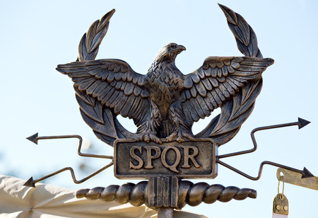 spqr: cetro con un �guila y las letras SPQR Senatus Populus gobierno Romanus Icono de la antigua Roma Foto de archivo