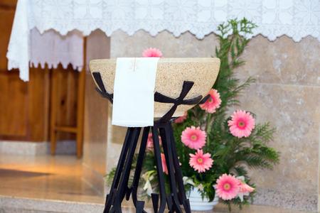 pila bautismal: Detalle de la fuente bautismal en la iglesia delante del altar