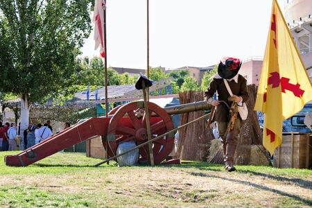"""mosquetero: Soldado español de artillería del """"tercio de Flandes con un cañón de la época."""
