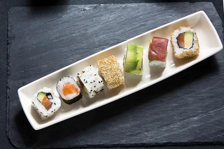 vista dall'alto di piatto con menù di sushi assortiti su tavolo del ristorante di sushi platter Archivio Fotografico