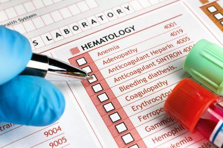 consulta médica: médico mediante la solicitud de sangre para un paciente en el laboratorio médico llenar una solicitud de las pruebas clínicas en consulta médica