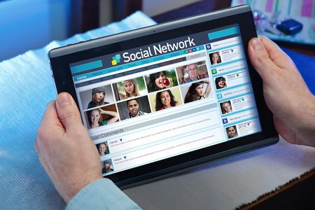 vida social: El hombre que navega en Internet con su tableta en un sitio de redes sociales de Internet la vida social