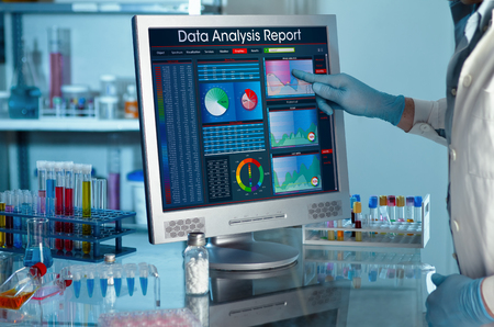 Analizzando i dati scienziato in laboratorio con uno sviluppo ricercatore del progetto schermo toccando lo schermo di dati di ricerca rapporto