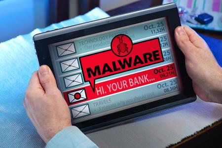 Człowiek z komputera typu tablet, które uważają, e-maile i komunikat ostrzegawczy z napisem malware rękach człowieka, patrząc w skrzynce odbiorczej w tablecie z komunikatem malware Zdjęcie Seryjne