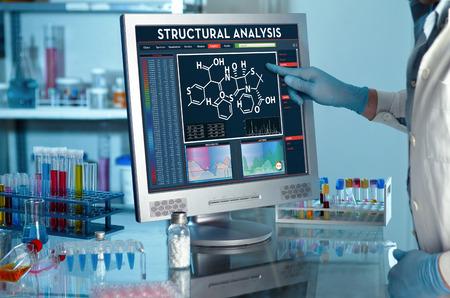 het analyseren van gegevens wetenschapper in het laboratorium met een scherm projectontwikkeling onderzoeker aanraken van het scherm van het verslag van de structurele analyse