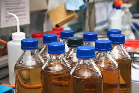 contaminacion del agua: botellas de agua contaminada para el análisis de muestras de agua de laboratorio  pruebas en el laboratorio de la planta de tratamiento de aguas Foto de archivo