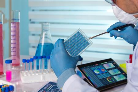 científico que trabaja en un laboratorio farmacéutico / ingeniero bioquímico que trabaja en un experimento de laboratorio Foto de archivo
